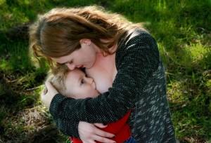 mom-breastfeeding-bebe-love-hug-happiness-2
